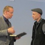 Bürgermeister Oliver Igel und Fotograf Alexander Janetzko beim Überreichen der Medaille der Galerie