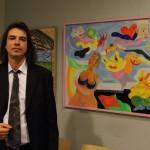 """Der Maler & sein Bild: Tobias Biering vor seinem Gemälde """"Die träumende Frau"""" © Dirk Schaal"""
