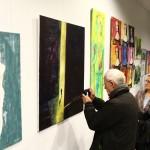 Interessierte Besucher der Vernissage im Dialog mit den Bildern ... © Dirk Schaal