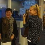 Angelika Bunke beweist hier dem interessierten künstlerischen Nachwuchs (Ann-Christin Duda, 12 Jahre alt) , dass man bei der Berührung einer Bronzeplastik immer die eigene Wärme spüren kann... © Christian Bunke