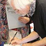 Klaus Stuttmann beim Signieren © Ralf Elbrandt