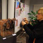Eine Besucherin interessiert sich für die Quadriga von Thekla Furch © Dirk Schaal