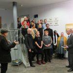 Raymund Stolze (li) - Alle Künstler auf der Treppe - Bürgermeister Karsten Knobbe (re)